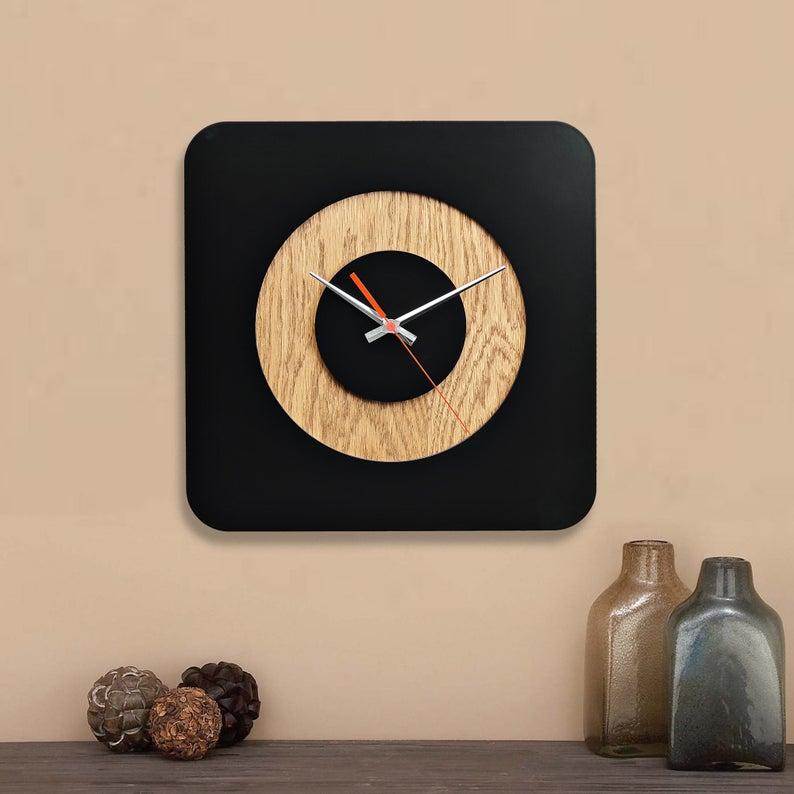 ساعت دیواری مشکی با زمینه چوبی
