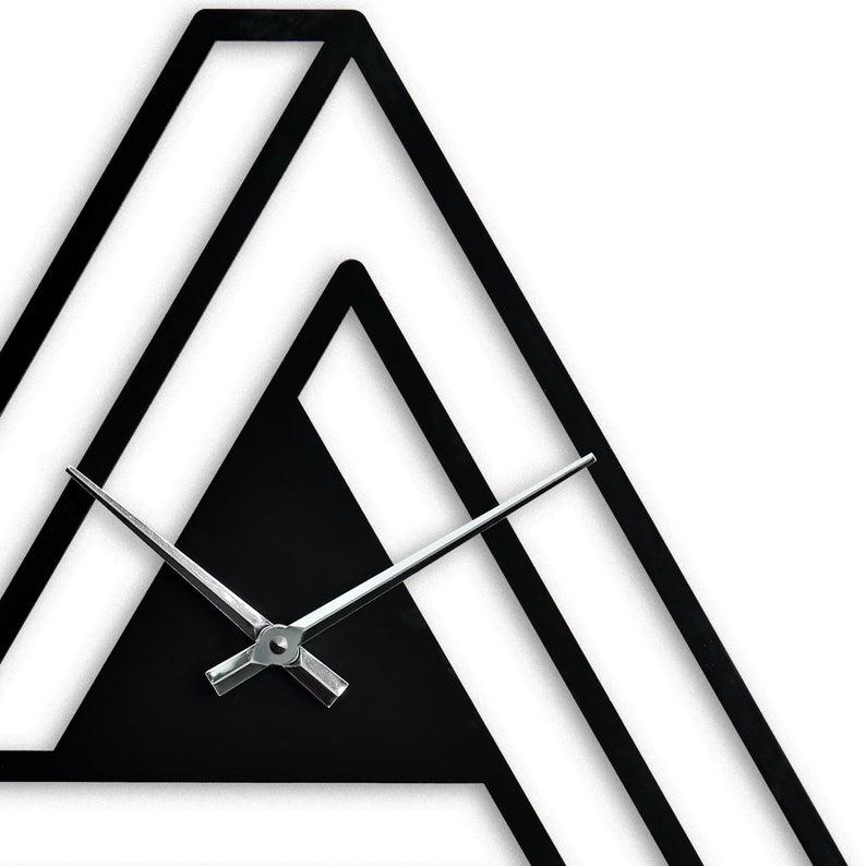 ساعت دیواری مشکی مثلثی شکل