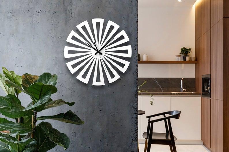 ساعت دیواری سفید چوبی